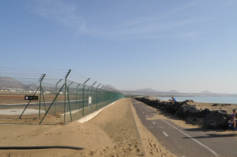 The cycle route past Arrecife Airport