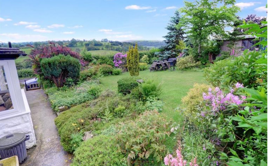 Alondra Cottage has a lawned garden with views over the Pendle countryside