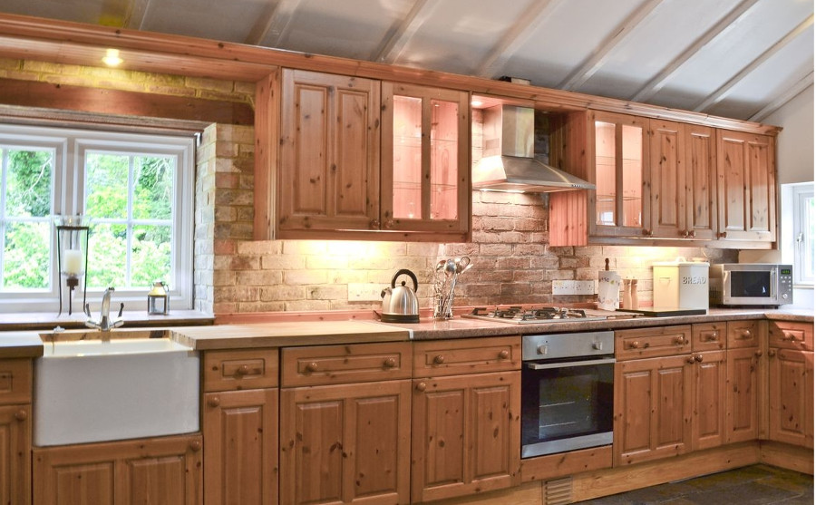 Pigeon Coo Farmhouse has a farmhouse style kitchen