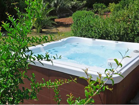 The private hot tub at Villa Barcares Gran